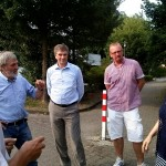 Bürgervereinsvorsitzender Hentschel (li) und Beisitzerin Brigitte Sasserath (re) mit Heinz-Albert Schmitz (2. von li), Vermeulen (Mitte) und Carsten von der Venn im Gespräch über die Verkehrssituation innerhalb der Siedlung
